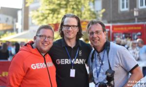Thomas Purwin (links) und bocholt.de-Fotograf und -Administrator Bruno Wansing nehmen Christian Ehrhoff, Olympiazweiter im Eishockey, in die Mitte - Foto: Melanie Ivens